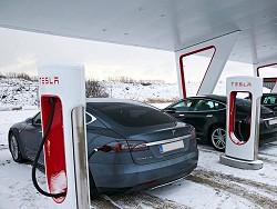 Tesla переведет станции Supercharger на солнечные панели и аккумуляторы