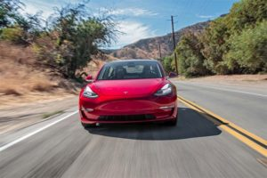Ежедневно на Tesla Model 3 принимают 1800 заказов