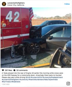 Tesla на автопилоте врезалась в пожарную машину
