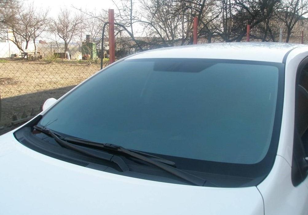 Как клеить солнцезащитную пленку на стекло автомобиля